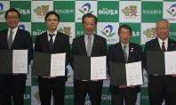 ドローンによる山岳救助を目指し提携を結んだ沢井市長(中央)=あきる野市で