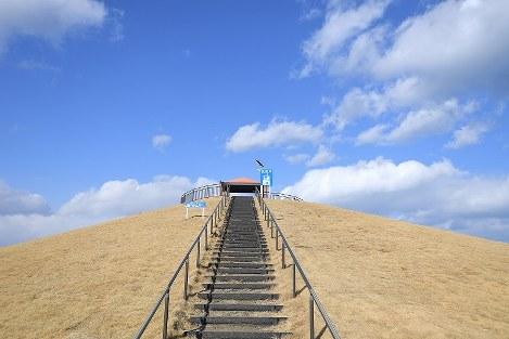 「千年希望の丘」は津波の威力を弱め、人々の避難先となることを目的とし、憩いの場の景観としても定着しつつある=宮城県岩沼市で2017年2月15日、猪飼健史撮影