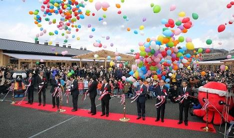南三陸さんさん商店街のオープンを祝い、風船を飛ばす住民ら=宮城県南三陸町で2017年3月3日午前10時41分、喜屋武真之介撮影