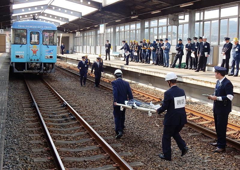 名古屋市営地下鉄 東海通駅で人身事故?男性の上 …