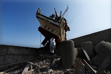 請戸漁港の堤防に打ち上げられたままの船=福島県浪江町で2013年3月9日午前10時25分、小出洋平撮影