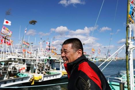 【東日本大震災・浪江町】晴天にも恵まれた2月25日、約6年ぶりに母港に到着して出迎えの人たちを前に笑顔を見せる漁師=福島県浪江町請戸で2017年2月25日、小出洋平撮影