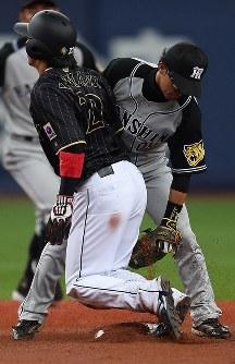 【日本―阪神】二回表日本2死一塁、打者・鈴木のとき、一塁走者の山田(左)が二盗失敗(野手・上本)=京セラドーム大阪で2017年3月3日、久保玲撮影