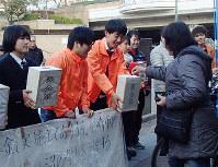 被災地支援のための募金を呼びかける市立琴ノ浦高校と市立成良中学校の生徒ら=兵庫県尼崎市の阪神尼崎駅前で、山本未来撮影