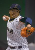 投球練習する則本=大阪府内のグラウンドで2017年3月4日、久保玲撮影