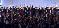 自民党大会の最後に万歳三唱をする安倍晋三首相(中央)ら=東京都港区で2017年3月5日午前11時59分、竹内紀臣撮影