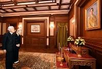 プミポン前国王を弔問し、祭壇を前にされる天皇、皇后両陛下=タイ・バンコクの王宮で2017年3月5日午後6時13分(代表撮影)