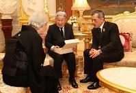 タイのワチラロンコン国王からの贈り物をご覧になる天皇、皇后両陛下=バンコクのアンバラ・ビラ宮殿で2017年3月5日午後7時23分(代表撮影)