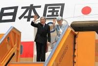 フエのフーバイ国際空港からバンコクへ出発される天皇、皇后両陛下=ベトナム・フエで2017年3月5日午前11時53分、梅村直承撮影