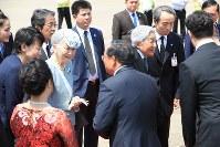 大勢の人に見送られながらフエのフーバイ国際空港からバンコクへ出発される天皇、皇后両陛下=ベトナム・フエで2017年3月5日午前11時48分、梅村直承撮影