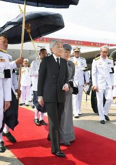 ドンムアン空港に到着された天皇、皇后両陛下=タイ・バンコクで2017年3月5日午後1時54分(代表撮影)