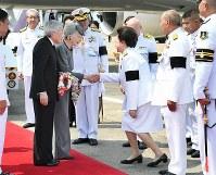 ドンムアン空港に到着し、関係者の出迎えを受けられる天皇、皇后両陛下=タイ・バンコクで2017年3月5日午後1時53分(代表撮影)