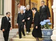 会見を終え、タイのワチラロンコン国王(右端)に見送られ、宮殿を出発される天皇、皇后両陛下=タイ・バンコクで2017年3月5日午後7時28分(代表撮影)