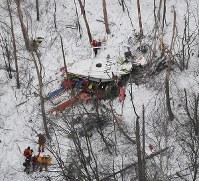 墜落した長野県の防災ヘリ=2017年3月5日午後5時23分、本社ヘリから