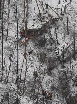 墜落した長野県の防災ヘリ=2017年3月5日午後5時13分、本社ヘリから