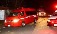 鉢伏山周辺に向かう道路から降りてきた消防車両=長野県松本市で2017年3月5日午後9時2分、小川昌宏撮影
