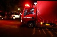 鉢伏山周辺に向かう消防車両=長野県松本市で2017年3月5日午後9時9分、小川昌宏撮影