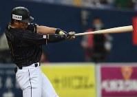 【日本―オリックス】二回表日本無死二、三塁、鈴木が左中間3点本塁打を放つ=京セラドーム大阪で2017年3月5日、久保玲撮影