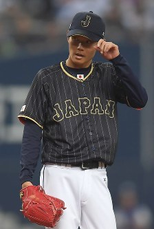 【日本―オリックス】四回裏オリックス2死二塁、若月に中前適時打を打たれ、厳しい表情の日本・岡田=京セラドーム大阪で2017年3月5日、久保玲撮影