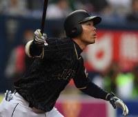 【日本―オリックス】九回表日本2死一、二塁、秋山が右翼線2点三塁打を放つ=京セラドーム大阪で2017年3月5日、久保玲撮影