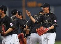 【日本―オリックス】試合に勝利し、ナインと喜ぶ秋山(右)=京セラドーム大阪で2017年3月5日、久保玲撮影