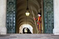 バチカン宮殿の門で歩哨に立つスイス衛兵=福島良典撮影