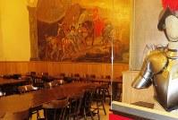 兵舎の来客接待用食堂に飾られた、アルプス越えするスイス衛兵のフレスコ画=福島良典撮影