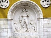 兵舎中庭の噴水には、スイス衛兵147人が殉死した1527年の「ローマ略奪」当時の隊長、カスパー・ロイスト氏の浮き彫りがある=福島良典撮影