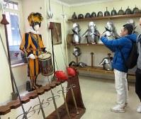兵舎の武器庫には甲冑や剣、銃などが並ぶ=福島良典撮影