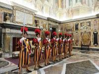 バチカン宮殿内で配置につくスイス衛兵=福島良典撮影