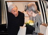 羽田空港に到着後、車の中で顔を見合わせられる天皇、皇后両陛下=東京都大田区で2017年3月6日午後7時56分、徳野仁子撮影