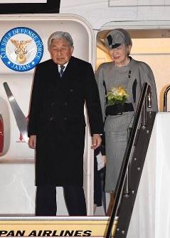 羽田空港に到着された天皇、皇后両陛下=東京都大田区で2017年3月6日午後7時49分、徳野仁子撮影
