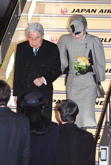 羽田空港に到着され、皇太子ご夫妻や皇族方の出迎えを受ける天皇、皇后両陛下=東京都大田区で2017年3月6日午後7時50分、徳野仁子撮影
