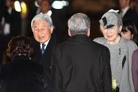 羽田空港に到着され、出迎えの人たちに笑顔で応える天皇、皇后両陛下=東京都大田区で2017年3月6日午後7時51分、徳野仁子撮影