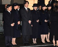 天皇、皇后両陛下をお出迎えになる皇太子ご夫妻、秋篠宮ご夫妻、眞子さま、佳子さま=東京都大田区の羽田空港で2017年3月6日午後7時40分、徳野仁子撮影