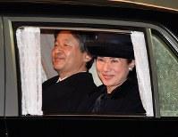 天皇、皇后両陛下をお出迎え後、車で帰られる皇太子ご夫妻=東京都大田区の羽田空港で2017年3月6日午後7時59分、徳野仁子撮影