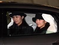 天皇、皇后両陛下をお出迎え後、車で帰られる眞子さま、佳子さま=東京都大田区の羽田空港で2017年3月6日午後7時59分、徳野仁子撮影