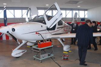 航空大学校:新型訓練機を格納庫...