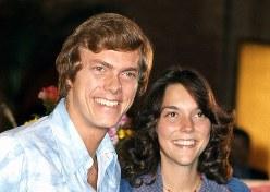 3回目の来日を果たし、記者会見するカレン・カーペンター(右)とリチャード・カーペンター(左)=1974年5月30日