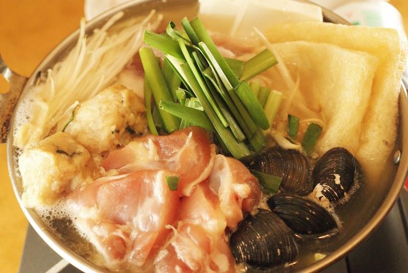 「塩ちゃんこ鍋」(780円税別、以下同)。鶏モモ肉、つくね、ブリやシジミなどの海鮮ものなど、多彩な具材がうれしい