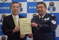 委嘱状を手渡された八木沢勝さん(右)=県警本部で