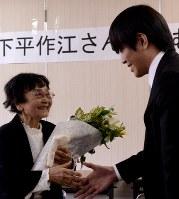 下平さん(左)に感謝の思いを伝える菊地さん