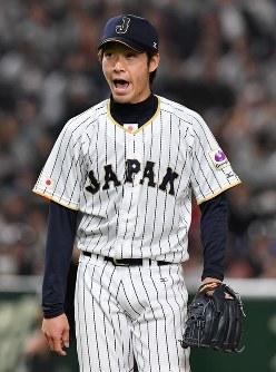 【日本―中国】一回表中国2死三塁のピンチを切り抜けて大声を張り上げながらベンチに戻る日本先発の武田=東京ドームで2017年3月10日、宮間俊樹撮影