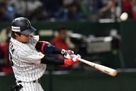 【日本―中国】一回裏日本1死三塁、山田が先制の右犠飛を放つ=東京ドームで2017年3月10日、宮間俊樹撮影