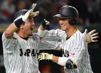 【日本―中国】二回裏日本2死一塁、小林(右)が左越え2点本塁打を放ち、松田に祝福される=東京ドームで2017年3月10日、宮間俊樹撮影