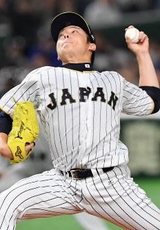 【日本―中国】七回表から登板した松井裕=東京ドームで2017年3月10日、宮間俊樹撮影