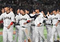【日本―中国】WBC1次リーグを全勝で終えてハイタッチしあう日本の選手たち=東京ドームで2017年3月10日、宮間俊樹撮影