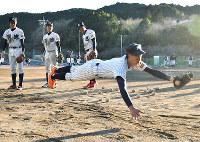守備練習に汗を流す明徳義塾の選手たち=高知県須崎市浦ノ内下中山の同校グラウンドで、松原由佳撮影