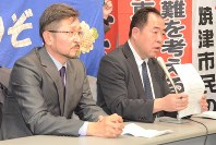 「国は一方的に支援を打ち切り、統計上の避難者をゼロにしたいだけ」と憤る長谷川克己さん(右)と堀川文夫さん=県庁で