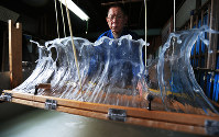 手早く簀桁を揺らすことで、透けるほど薄い紙もムラなく仕上げることができる。水に混ぜた紙の原料を自在に操る石原さんの技が光る=岐阜県美濃市上野で